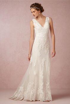 Este delicado tren de botones. | 39 vestidos de novia con detalles de espalda maravillosos que te van a dejar con la boca abierta