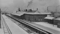 Tampereen ensimmäinen rautatieasema oli valmistunut vuonna 1876. Se oli siis rakennettu peräti aiemmin kuin taustalla näkyvä Tampereen ortodoksinen kirkko, joka valmistui 1899. Kuva on otettu vuonna 1933 rautatien ylittäneeltä puurakenteiselta sillalta. Uuden aseman vaatimuksiin kuului, että silta puretaan ja korvataan alikululla. (KUVA: VAPRIIKIN KUVA-ARKISTO)