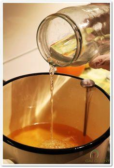 """Soapmaking - łączenie ługu z oliwą. Mydło wytwarzane metodą """"na zimno"""". www.gaj-oliwny.pl"""
