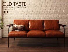 レトロでおしゃれな木肘レザーソファ。サイズは二人掛け、三人掛け。カフェ風インテリアや北欧インテリアにもピッタリ!もちろん送料無料です。