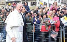 Tifo da stadio per Papa Francesco in visita a Firenze Firenze – Il santo padre. Arriva a Firenze tra la devozione e la fede dei presenti.  Papa Francesco fa visita alla mensa dei poveri della Caritas di Firenze appellando, con divertimento, la respons #papafrancesco #firenze