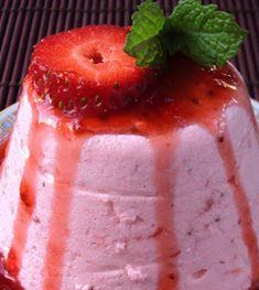 Pudinzinhos com Molho de Morango Dias quentes pedem sobremesas frescas e com sabor a fruta! Invista nesta sugestão... Receita completa em http://www.receitasja.com/pudinzinhos-com-molho-de-morango/