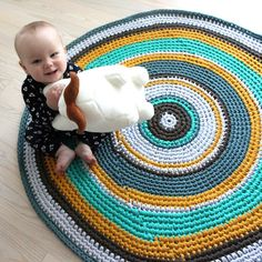 Lutter Idyll: DIY Crochet carpet in Zpaghetti Crochet Doily Rug, Crochet Rug Patterns, Crochet Carpet, Crochet Round, Crochet Home, Diy Crochet, Crochet Crafts, Crochet Projects, Beige Carpet