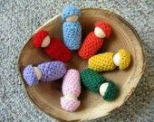 regenboog poppetjes met gehaakte kleertjes