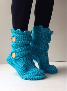 To show you some really amazing slipper style we have these DIY 30 easy fast crochet slippers patterns that you can try at home and thus save a lot of your mon Easy Crochet Slippers, Crochet Slipper Boots, Fast Crochet, Crochet Men, Crochet Slipper Pattern, Crochet Patterns, Knitting Patterns, Shoe Pattern, Womens Slippers