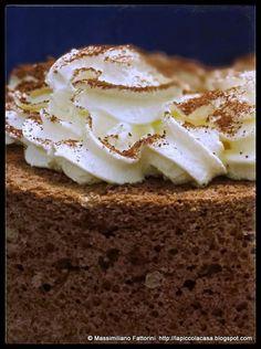 Ecco la ricetta per preparare uno dei più famosi dolci americani, L'Angel Cake, una torta morbidissima che ho aromatizzato al cioccolato e rum