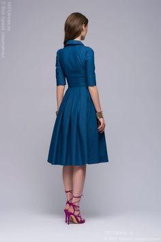 Платье голубое джинсовое длины миди с отложным воротником и юбкой в складку