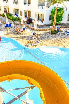 """Urlaub in Sharm El Sheikh in Ägypten - Urlaub am Roten Meer - Wasserrutschen perfekt geeignet für Familien.  Sharm Resort - RED SEA HOTEL  Vorgelagertes Korallenriff """"Far-Garden"""" Spektakuläre Unterwasserwelt & WASSERRUTSCHEN! Bis zur bekannten Na'ama Bay mit zahlreichen Einkaufs- und Unterhaltungsmöglichkeiten sind es ca. 6 km (kostenloser Shuttlebus). Verschiedene Restaurants, Bars, Diskothek und 2 Süßwasserswimmingpools.  #egypt #rutschen #pool #meer #hoteltipp #urlaub #rotesmeer…"""