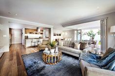 tapis salon bleu aspect velours et table basse ronde dans le salon