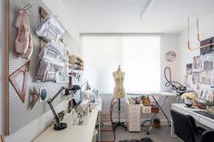 הסטודיו של בעלת הבית, מעצבת אופנה. ממנה הגיעה הבקשה לעצב את הדירה כאילו היא חיה בפריז (צילום: אביעד בר נס)