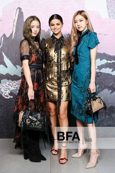 Brand ambassador and collaborator Selena Gomez sat front row at the show(New York Fashion Week), and also hung out with some of the attendees backstage. Selena and Rose and Jisoo from BLACKPINK. Blackpink Fashion, China Fashion, New York Fashion, Korean Fashion, Fashion Show, Fashion Trends, Fashion Weeks, Versace Fashion, Seoul Fashion