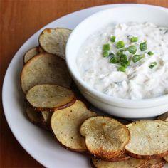 Snack Smarter: Baked Potato Chips With Onion Dip - Rezepte - Potatoes Recipes Healthy Dip Recipes, Healthy Chips, Healthy Baking, Healthy Snacks, Cooking Recipes, Cooking Time, Healthy Picnic, Healthy Appetizers, Gastronomia