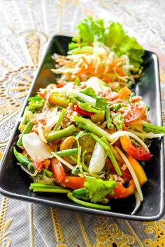 Nyt on Thaimaan ruokaterveisten toisen osan vuoro, ennenkuin joulu ja lähestyvä uusivuosi valtaa blogin joulukuuksi. Jos ensimmäinen osa on jäänyt väliin, löydät sen täältä. Löysimme Koh Samuin Pea…