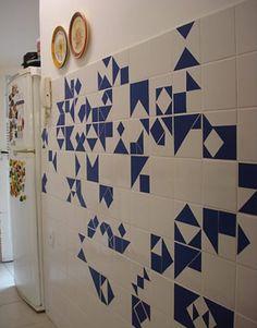 decoração com papel contact pra renovar os azulejos velhos da cozinha