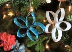Ornamentos para árbol de Navidad con materiales reciclados.