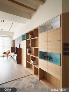 進入室內後,獨立玄關利用交織仿木紋磚,勾勒一方復古典雅的心靈轉換場域,兩側並分別設置衣帽櫃及展示櫃,滿足收納需求,大面積的展示收納櫃體也成為不同領域間的中介連結。繼續向前來到屋主一家人的公共領域,以開放式設計將一家 4 口的生活延展放大,搭配活潑鮮明的色彩,令人眼前為之一亮! 大面積開窗將清新明亮的採光迎入室內,開放的空間規劃將灰藍色書櫃納入客廳端景,客廳後方設定為多功能區域,並不特別擺設桌椅,一如北歐國家愜意自在的生活態度,在使用上更賦予自由彈性。平時可就著窗邊的良好採光,喝杯下午茶作為午後幸福小憩時光,或是從書櫃上拿本書,席地而坐閱讀,也能陪伴孩子一同遊戲,繪成一幅與家人共處的幸福畫面。 為了避免廚房油煙飄散,並保留透光性及開闊視感,採用具透光性的灰玻,與客廳、餐廳加以區隔。餐桌旁牆面加入磚牆樸實粗糙的觸感,並放置以倫敦、巴黎、紐約等都市為主題的畫作,在黑與白的色彩對比映照下,相當有外國都會的質感氛圍。同樣擁有好採光的主臥室,則融入實用的收納機能,並在不影響臥室的開闊感的條件下,利用床頭造型牆定義區隔出私密領域,且不影響動線的流暢度。 小編的最愛 兒童房的佈置也是一大...