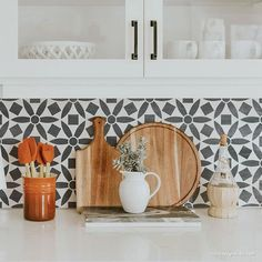 Repin by Kathleen Jennison Design, interior design studio in Stockton, CA. Decorating is such an amazing way to transform a home, whether you've just moved into it or you've been there for decades. Black And White Backsplash, White Kitchen Backsplash, White Kitchen Cabinets, Wallpaper Backsplash Kitchen, Decorative Tile Backsplash, Backsplash Design, Wall Paper Backsplash, Wallpaper In Cabinets, Mediterranean Kitchen Backsplash