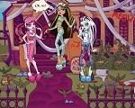 Em Monster High Casa Freaky, Draculaura, Cleo de Nile e Frankie Stein estão morando juntas em uma casa junto do Colégio Monster High, onde todos os seus amigos moram perto. Só que na noite passada, os meninos resolveram perturbar as meninas e fizeram a maior bagunça e sujeira nas casa das meninas. Agora, quando elas acordaram atrasada para o colégio viram tudo sujo. Elas precisam muito de sua ajuda para limpar e arrumar tudo antes da aula. Divirta-se com as Monster High!