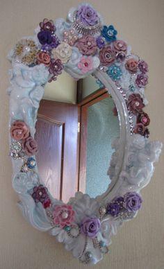 Hecho por Cintia Gayoso. Espejo realizado con marco antiguo pintado celeste tenue y lacado. Embellecido con Flores de cerámica, perlas, swarovski, rhinestones y joyas antiguas.... me encanta!!!!!!