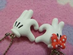 Minnie & Mickey Mouse hands making a heart Fimo Diy Fimo, Crea Fimo, Cute Polymer Clay, Cute Clay, Fimo Clay, Polymer Clay Projects, Polymer Clay Charms, Polymer Clay Creations, Polymer Clay Jewelry