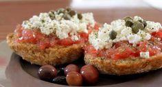 Kreta hat die höchste Zahl von biologischen angebauten Produkten in ganz Griechenland. Die traditionelle Küche enthält meist einheimische Zutaten. Also wundert Euch nicht wenn es geschmacklich etwas anders schmeckt…http://www.greek-cuisine.com/recipe/kretische-krithakoloura/