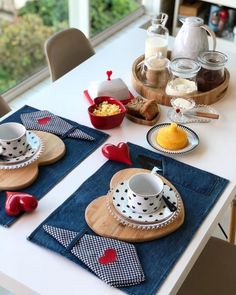 Dining Table Decor Everyday, Diy Upcycling, Table Runner And Placemats, Table Set Up, Modern Dining Chairs, Fall Table, Deco Table, Decoration Table, Home Decor Furniture