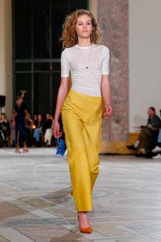 Минимализм по-французки: белые футболки и гигантские соломенные шляпы на шоу Jacquemus   Журнал Harper's Bazaar