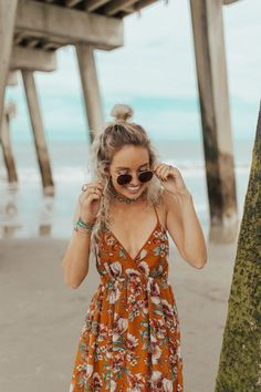 summer wear | summer dress | coast | ocean | dirty blonde | half up topknot | round sunglasses | outdoors