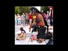 Indio impresiona en la calle tocando un épico tema músical - YouTube