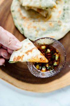 Detailed steps for making traditional Chinese scallion pancakes at home. Chinese Dishes Recipes, Asian Recipes, Asian Foods, Yummy Recipes, Ethnic Recipes, Scallion Pancakes Chinese, Chinese Pancake, Chinese Food, Vegetarian Recipes