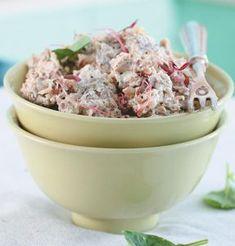6 porsies bietjie olie 1 ui, gekap 5 ml (1 t) vars knoffel, gekap 2,5 ml (½ t) droë pietersielie 1 pakkie (250 g) sampioene, fyngekap 3 75 ml (1½ k) dungekerfde biltong, fyner gekap 250 g (1 bakkie) roomkaas 80 ml (1/3 k) mayonnaise 2 grasuie, fyngekap sout en peper na smaak 1 Soteer ui, knoffel en pietersielie in olie tot ui deurskynend is. Voeg sampioene by. 2 Roerbraai tot sampioene sag is. Laat afkoel. 3 Meng oorblywende bestanddele by tot gemeng. 4 Hou in yskas tot benodig. 5 Sit vo...
