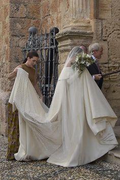 El vestido, en tono blanco roto, tenía una bonita cola con detalles en relieve - El look nupcial de Lady Charlotte Wellesley, al detalle