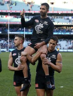Simmo chaired off after his game by Murphy and Ed Curnow. Carlton Afl, Carlton Football Club, Male Athletes, Baggers, Athletic Men, King James, Love Life, Rugby, Goats