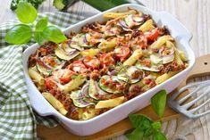 Csak megfőzöd a pennét, megpirítod a húst, és mindent a sütőbe dobsz néhány percre. A mexikói hangulatért a tetejére olvadt sajtot ne felejtsd el jól megpakolni salsával, friss avokádóval és néhány kanál sűrű, hideg tejföllel. Vegetable Dishes, Vegetable Pizza, Batch Cooking, Cooking Recipes, Lasagne Bolognese, Corelle Dishes, Y Recipe, Zucchini Casserole, Pasta Salad