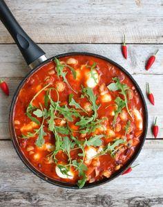 Tomatpanne med bønner og mozzarella Veggie Dishes, Mozzarella, Thai Red Curry, Tapas, Nom Nom, Food And Drink, Vegetarian, Vegetables, Vegan
