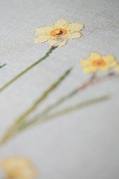 Veronique Enginger - Daffodils, Natural Belfast Linen, DMC