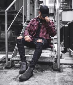 awesome 34 Stylish Ripped Jeans Outifts for Men http://attirepin.com/2017/12/25/34-stylish-ripped-jeans-outifts-men/