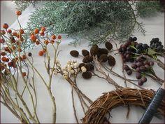 木の実を入れた、クリスマスリースも素敵です。  枝の束を作る時に、木の実を一緒に入れても。 【画像左から、ローズヒップ、ナンキンハゼの実、ヤシャブシ、シャリンバイ。園芸店やフラワーショップでは様々な枝付きの木の実が販売されています。もちろん庭や雑木林で採取したものでも。】