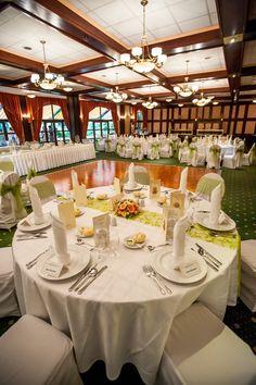 Zöld és rózsaszín esküvői körasztal   Green and pink wedding table Table Settings, Table Decorations, Pink, Wedding, Furniture, Home Decor, Valentines Day Weddings, Decoration Home, Room Decor