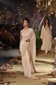 Complete Collection: Tarun Tahiliani at India Couture Week 2017 India Fashion, Asian Fashion, Fashion Goth, Indian Dresses, Indian Outfits, Saree Jacket Designs, Bridesmaid Saree, Tarun Tahiliani, Sari Dress