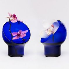 Vases LIV is designed by Kristine Five Melvær. Look how nice they accentuate the flower! Glass Vessel, Glass Art, Chinese Garden, Tea Ceremony, Art Forms, Decorative Items, Flower Arrangements, Garden Design, Create