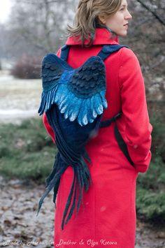 Muitas pessoas gostariam de poder voar e, embora isso não seja perfeitamente possível, no entanto, elas podem fingir ter asas graças a Volha Kotova.