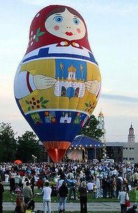 A giant matryoshka balloon dominates the town of Sergiyev Posad, Russia. Flying Balloon, Air Balloon Rides, Hot Air Balloon, Bubble Balloons, Big Balloons, Balloons Galore, Air Balloon Festival, Russian Folk Art, Russian Babushka