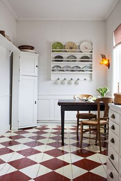 We love checkered floors. This floor is painted with the red colour Lust 683 and the white colour Mjölk 522, both from Beckers.