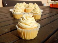 Vanilkové cupcakes s vanilkovým krémem Ketogenic Recipes, Keto Recipes, Cooking Recipes, Cheesecake Cupcakes, Sweet Cakes, Sweet And Salty, Nutella, Sweet Recipes, Cupcake Cakes