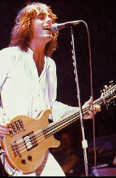 Tom Petersson with his 12 strings Bass