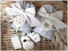 SACCHETTO CON BISCOTTI Baptism Favors, Wedding Favours, Bomboniere Ideas, Fun Crafts, Diy And Crafts, Idee Baby Shower, Lavender Bags, Birthday Favors, Welcome Baby