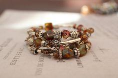 Ce bracelet est fait à la main dans le Minnesota à l'aide de perles locales des États-Unis. Chaque morceau de bijoux fabriqués par les bijoux de Cecelia Design est unique et différent, vous donnant un 1 d'une pièce unique. Le fil de mémoire utilisé pour créer cette pièce nécessite une application facile et sans effort.
