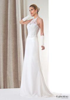 Cette robe très chic est composée d'une encolure américaine en dentelle chantilly perlée qui recouvre aussi le buste. Une jupe droite en crêpe donne le côté élégant de cette tenue.