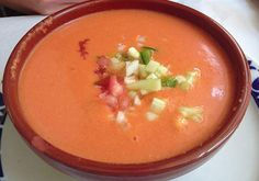 Receta de gazpacho andaluz. Aprende a preparar esta deliciosa y refrescante sopa hecha a base de tomate. Ideal para días de verano inclemente.